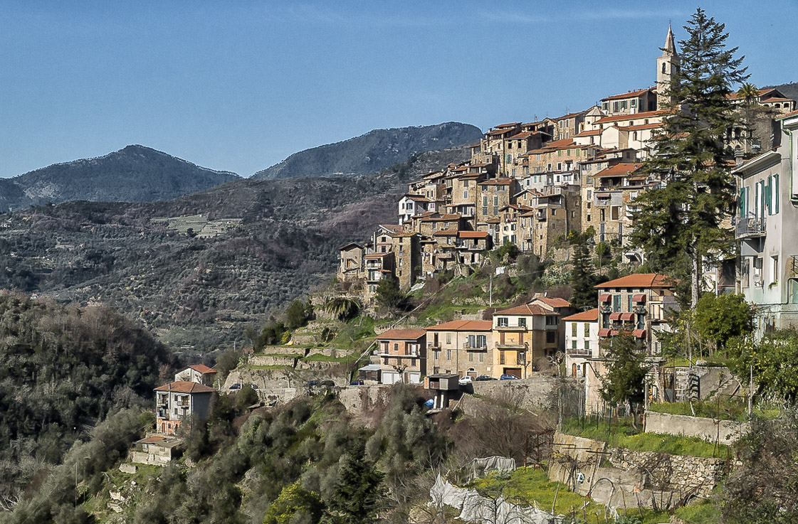 Apricale village pittoresque Italie