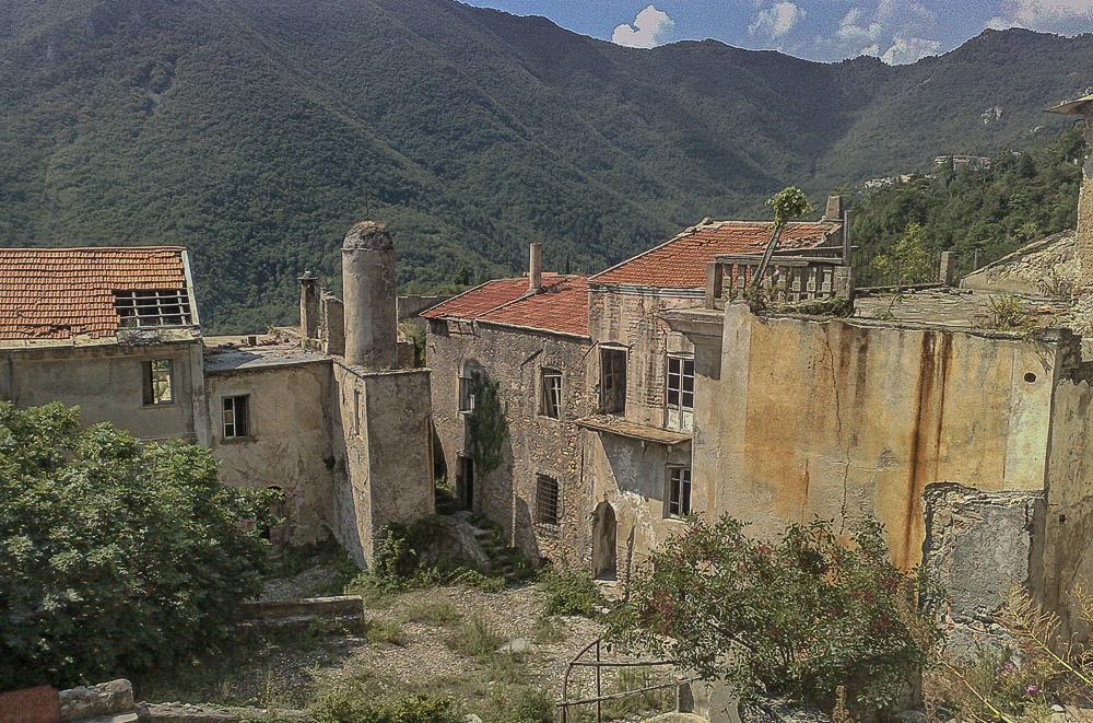 Village fantôme, village abandonné en Italie. Balestrino