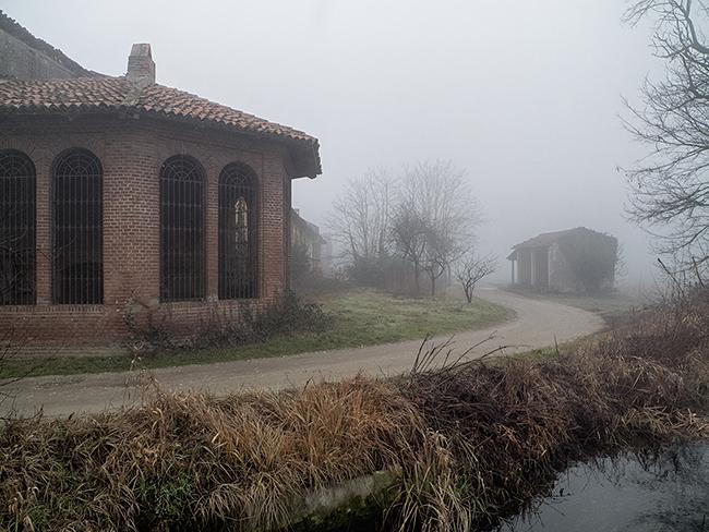 Ferme abandonnée dans la brume de Lomellina