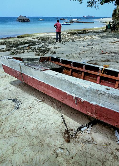 bateau de pêcheursur la plage de zanzibar